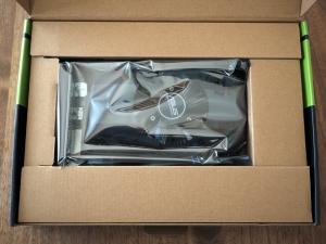 箱を開けたところ。RTX2070なんかと比べると、あきらかにコストを抑えた梱包。