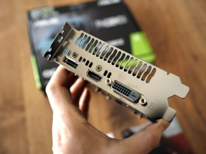 端子は左からDP、HDMI、DVIです。ケースにつけるとこの写真の逆さまになりますね。