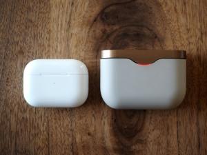 充電ケースの大きさ比較。AirPods Proの小ささが際立ちます。