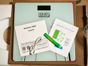 箱の中身は本体と説明書2枚、充電用USBケーブル、おまけと思われるメジャーです。ウエストを測れというのか?