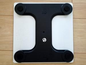 体重計の裏面。四隅に感圧センサー部が確認できます。H型のプラ部品に強化ガラスが貼り付けられたシンプルな製品。