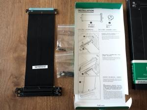 箱の中身。平たいケーブルと固定用のネジが付属。今回はネジは使用してません(それが失敗)