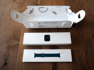 箱の中に箱。Watch本体とバンドの組み合わせは数多ありますので、このパッケージはよく考えられていると思う。