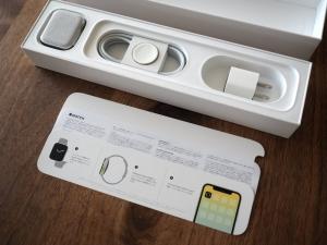 マニュアルの下に充電ケーブルと充電アダプタが収められています。