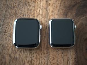 正面。左がSeries 5で右がSeries 2。大きさの差はほとんど感じないけど、角がだいぶ緩やかになってますね。