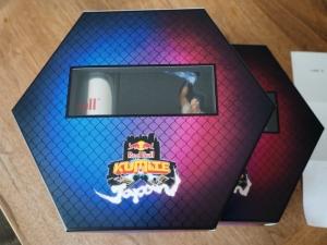 段ボール箱の中から綺麗な箱が出てきた。なんか重たいなと思ったら、500mlのレッドブル入ってた。