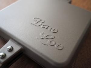 「Baw-Loo」のエンボス加工が格好いい。内側はフラットなので、焼いたときにロゴが付いたりはしないです。