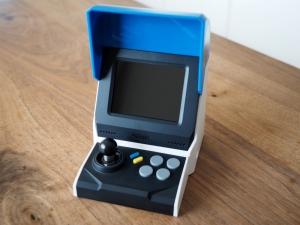 本体にレバーとボタンと画面が付いているので、電源さえあればモニター無しで遊べます。