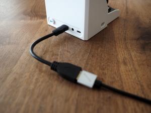 変換ケーブルを使ってHDMI出力。邪魔くさい。