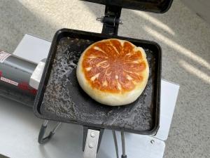 バウルーで焼いた肉まん。すぐに焦げるので火加減注意です。