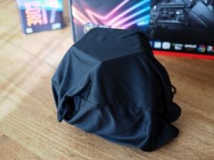 怪しげな黒いきんちゃく袋に包まれてきました。