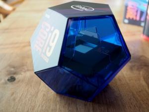 青い透明なケースの中央に四角い箱が入ってます。