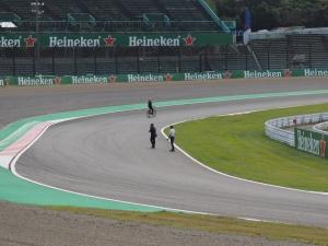 第1コーナーを見に行ったら、自転車でコースの下見をしていたダニエル・リカルドが通り過ぎて行った(カメラを構えるのが遅れた)