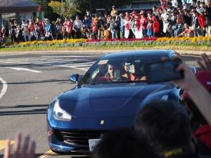 紺のフェラーリで登場、シャルル・ルクレール選手。
