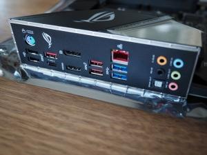 背面端子の様子。バックパネルが一体化されてるのがいいですね。USB端子は人によっては足りないかも。