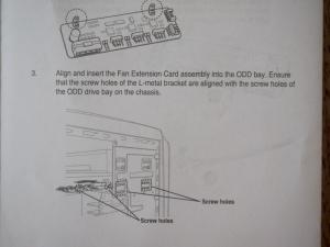 FAN EXTENSION CARDの取り付け方。光学ドライブ取付用のネジ穴を使用します。ということは最近のPCケースでは取り付けられない。