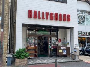 福岡市大名にあるアウトドア用品店「ラリーグラス」の外観。