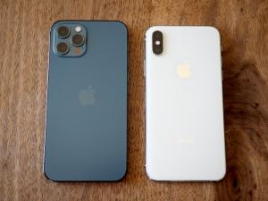 今まで使ってたXs(右)との比較。ちょっとだけ大きくなってます。本体色の方はなんでこれがパシフィックなブルーなのか不明。