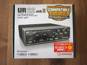 「UR22 mkII」の箱。