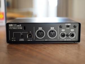で、背面。MIDIインターフェースが付いてますね。電源はUSBのバスパワーです。