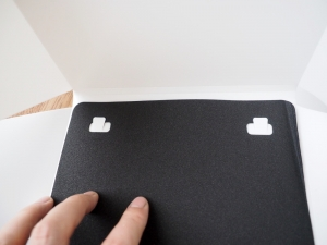 本体を展開したら内側の切れ込みに背景シートをひっ掛けます。
