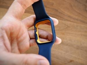 ケース裏側。こちらからApple Watch本体を押し込みます。