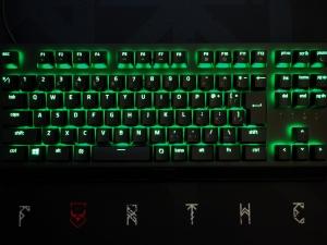 キーボードが光っているところ。よく見ると光ってる文字と光ってない文字(記号)があるのがわかります。