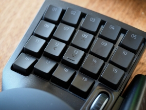 左手人差し指と小指で操作するボタン類19個。