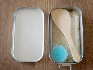 更にお米、しゃもじ、固形燃料を収納。分割式ならお箸も入りそう。