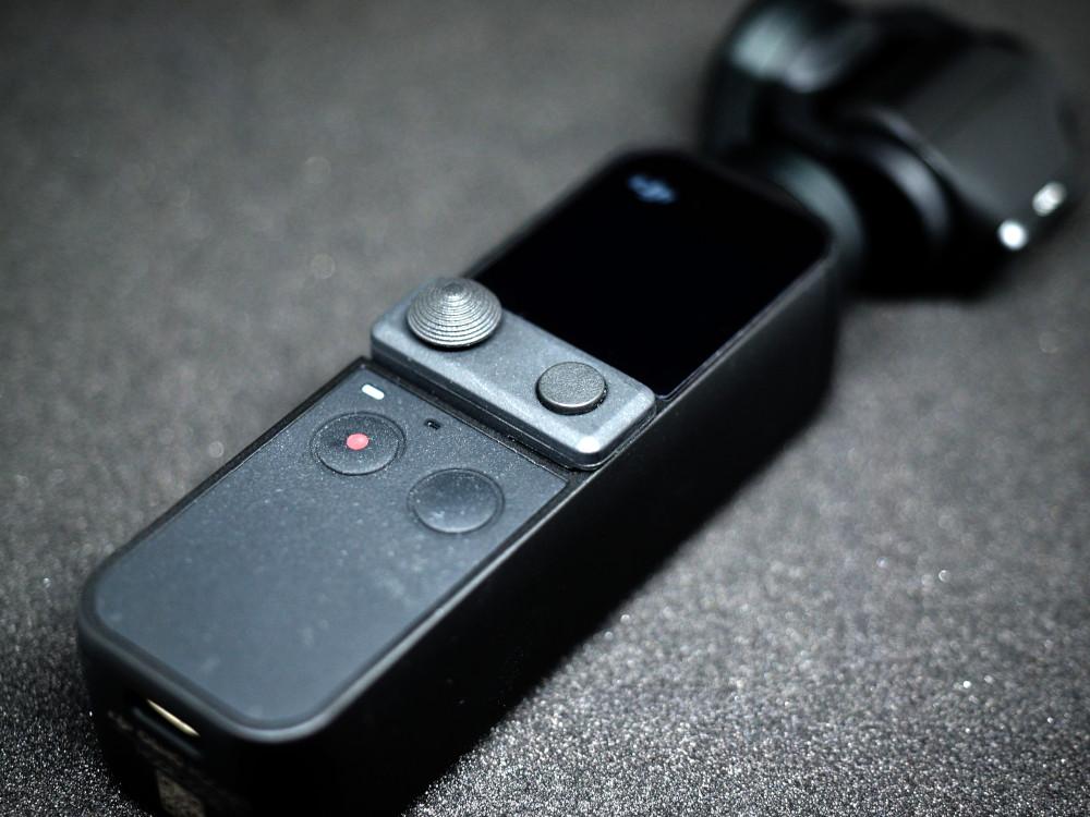 OSMO Pocketにミニ操作スティックを付けたところ。