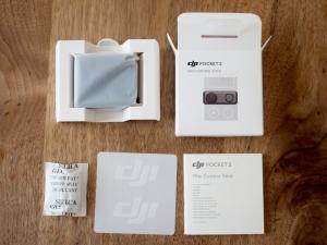 箱の中身。スティック本体が収納されているケースとマニュアル、あと別に欲しくないDJIステッカーと乾燥剤です。