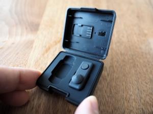 ケースを開けたところ。上蓋裏にはSDカード、スティックの横には純正NDフィルタ等が収納できるようになっています。