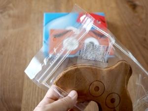 おせんべいが湿気ないように袋にはファスナーがついてます。