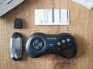 箱の中身。USBケーブルは付属していますが、電源アダプタは付いていないです。