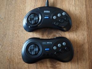 「ファイティングパッド6B」(上)との比較。サイズ感やボタン配置は完璧。