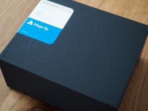 これが箱。シンプルで良い。うっすらとAnalogueのロゴも見えますね。