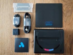 本体と付属品。右上のマウスパッドのようなものがメガCDのスペーサー。左上の透明なやつがマスターシステム用アダプタです。