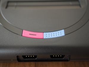 電源ボタンとリセットボタン。電源のLEDは本体設定で色を変えられます。デフォルトは白ですが、私はもちろん(?)赤にしました。