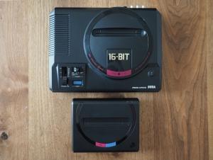 初代メガドライブとの比較。こんなにコンパクト。