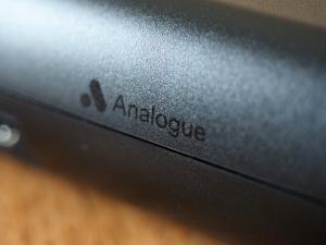 背面のAnalogueロゴ。表面の手触りもサラサラとしていて気持ちいいです。